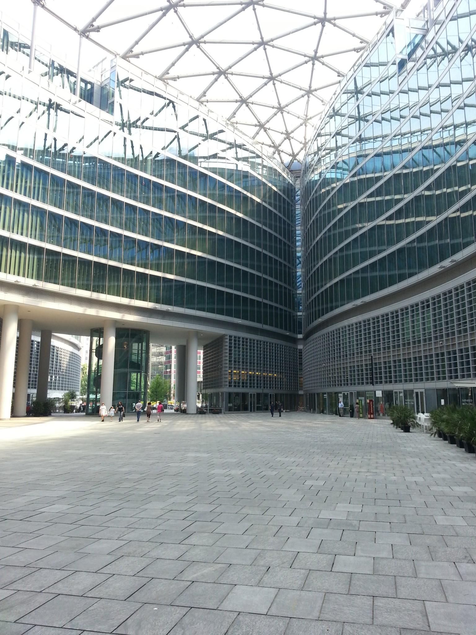 Regione Lombardia - piazzale esterno in marmo
