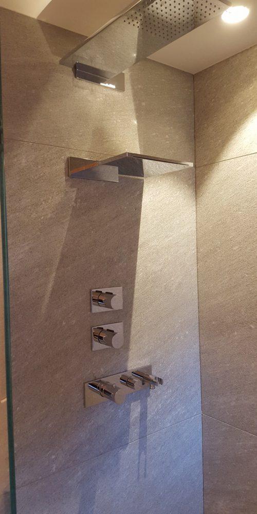 finiture in marmo nella doccia