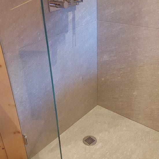 finiture in marmo delle pareti della doccia