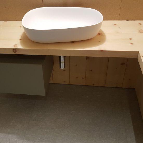 finiture in marmo e legno del lavabo