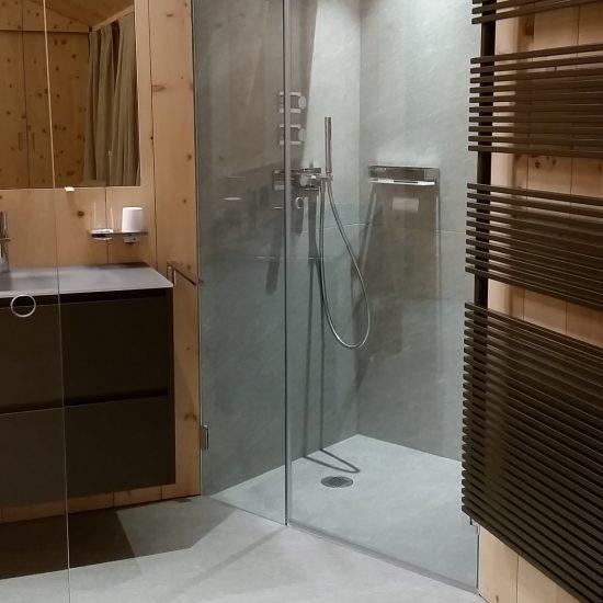 il bagno in legno e marmo della Valmalenco