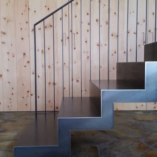 finiture in marmo della pavimentazione sotto le scale