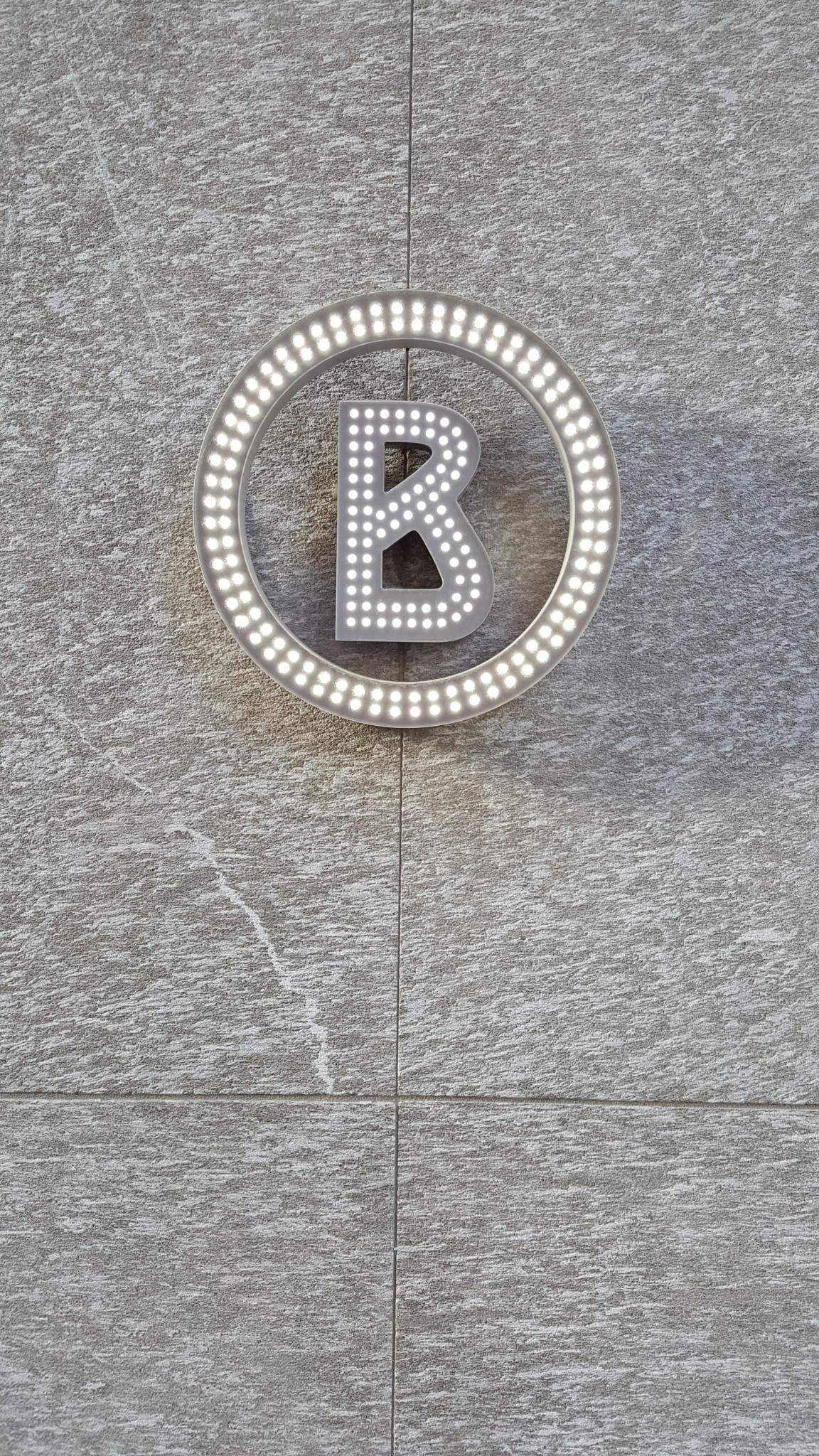 logo Negozio Bogner su parete in marmo- Saint Moritz