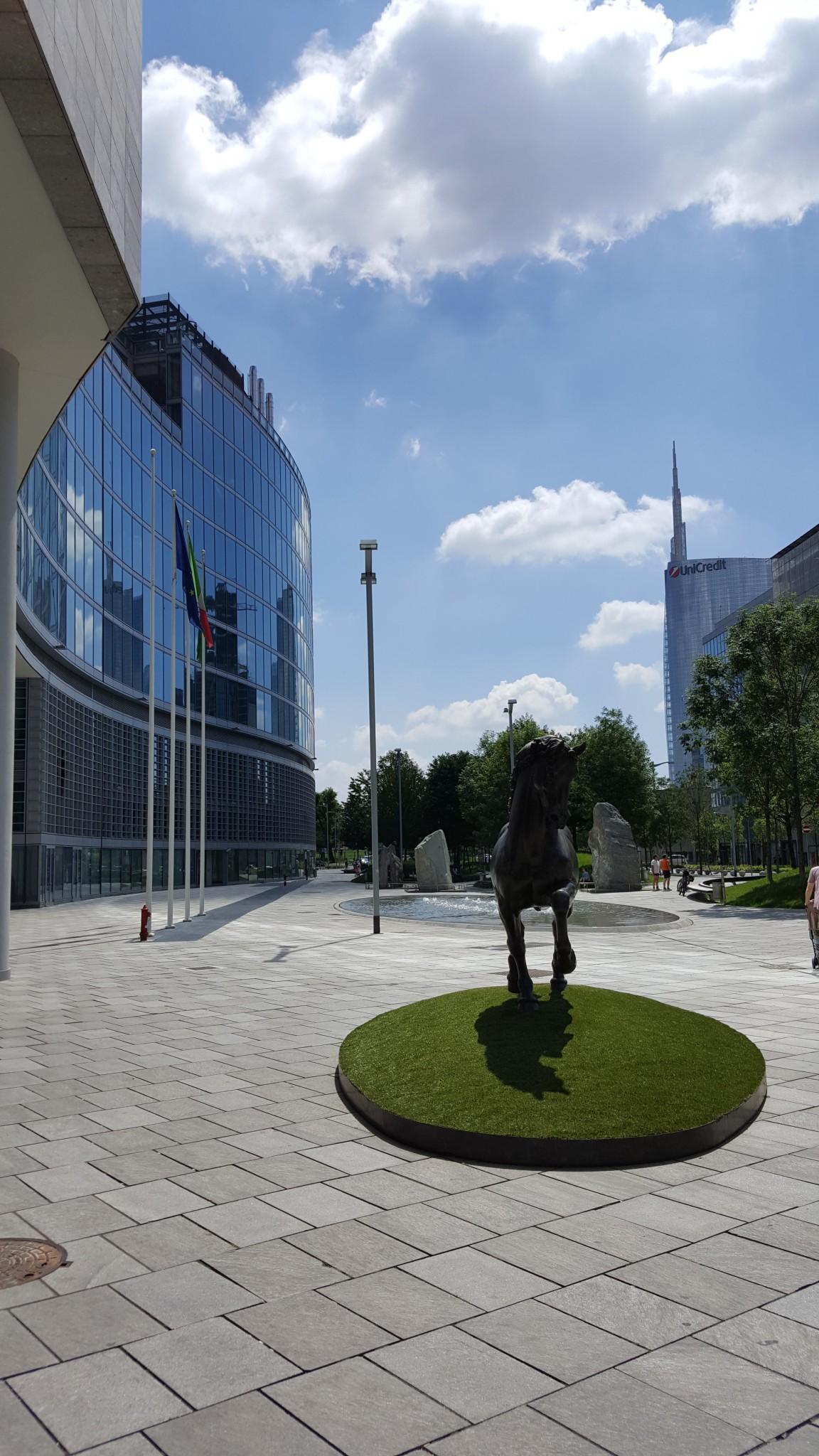 Regione Lombardia piazzale in marmo
