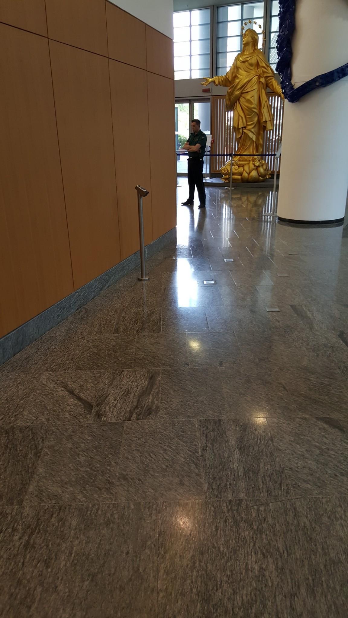 Regione Lombardia: pavimentazione interna in marmo lucidato