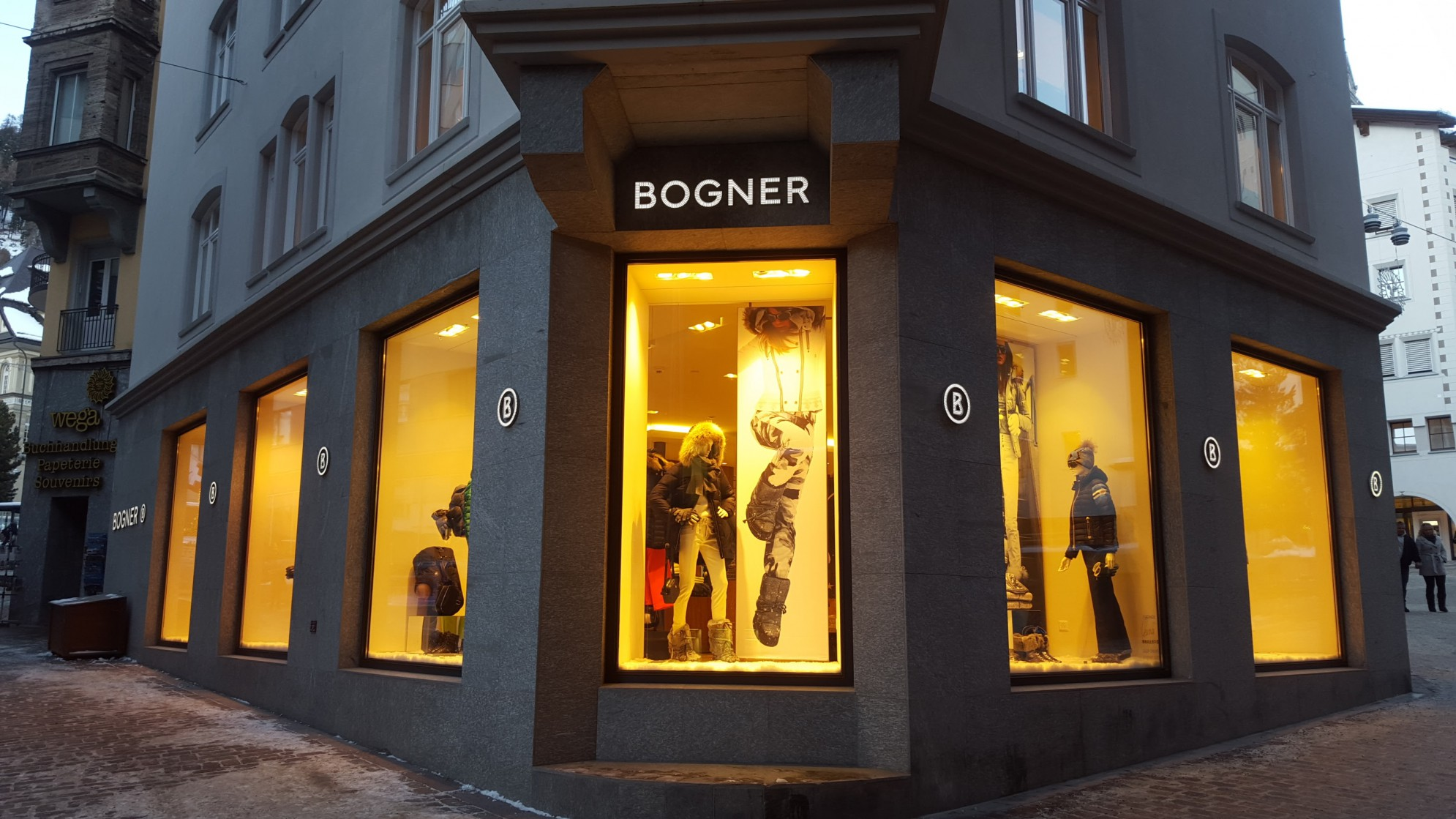 Le vetrine del Negozio Bogner - Saint Moritz (realizzazione edifico con marmo)