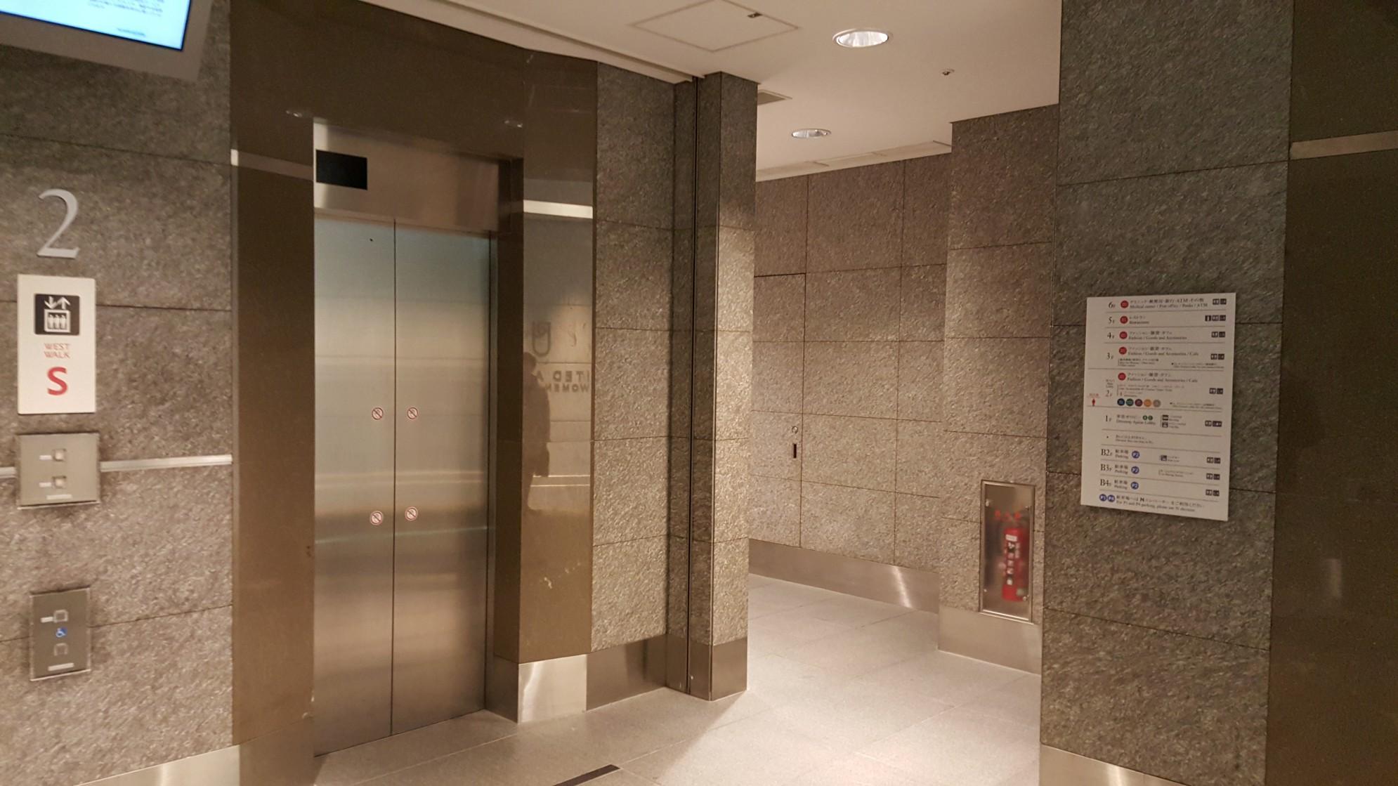Rappongi Hills a Tokio - area ascensori con opere della Marmi valmalenco
