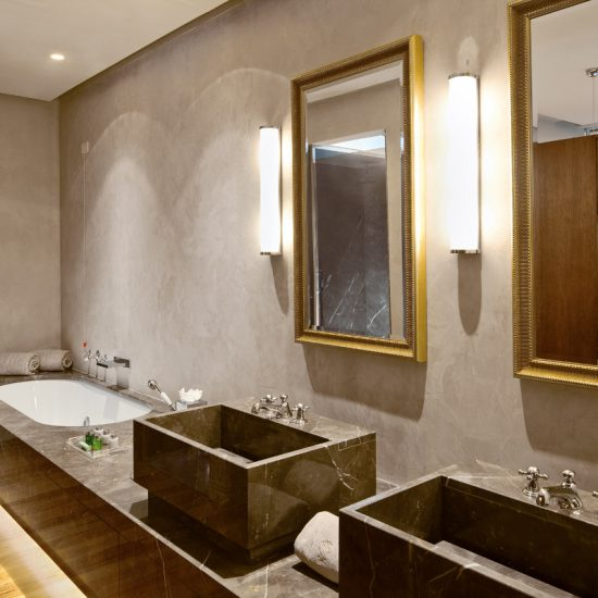 Marmo scuro e prestigioso in bagno presso Grand Hotel Tremezzo