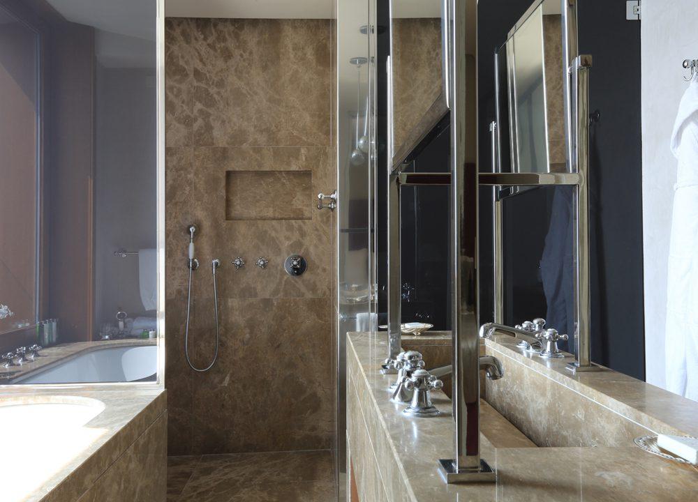 Docce e rivestimento bagno con marmo
