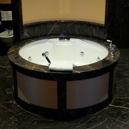 Marmo nero per vasca circolare