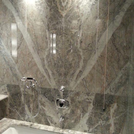 Parete in marmo sopra la vasca presso l'hotel Tremezzo