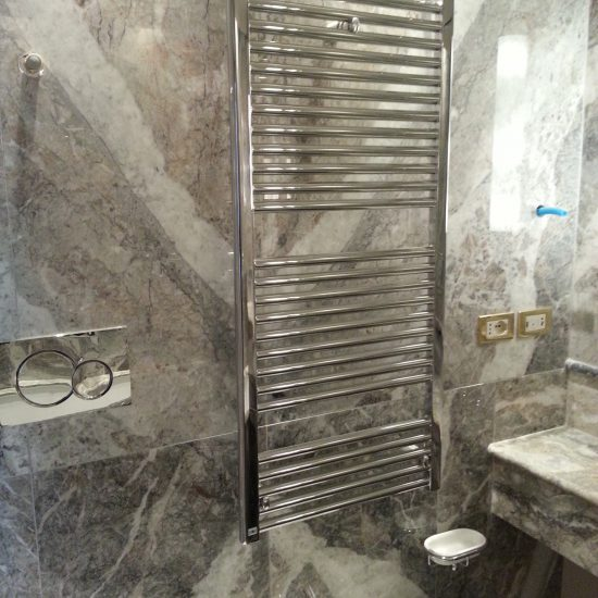 Integrazione pareti in marmo e scalda asciugamani