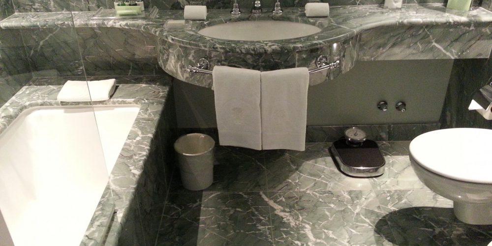 Il marmo presso l'hotel per un bagno di prestigio