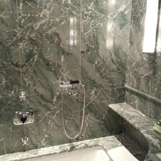 le finiture in bagno in marmo prestigioso della valmalenco