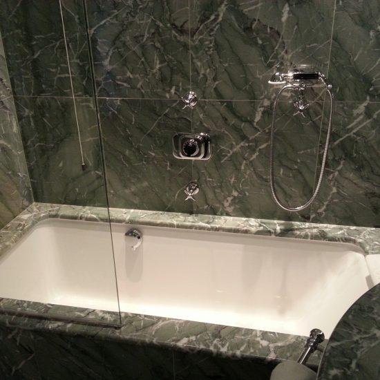 il bagno in marmo del hotel Tremezzo
