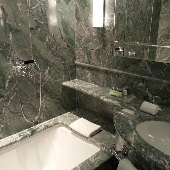Grand hotel tremezzo: Finiture in marmo per bagni di camere di albergo