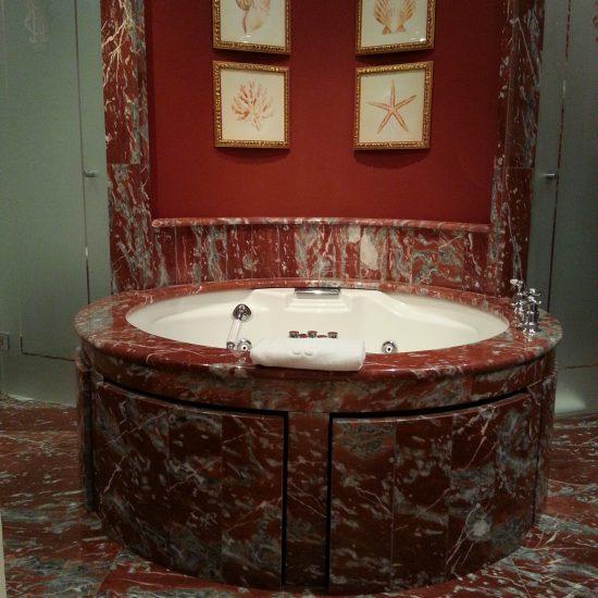 Rivestimento in marmo per le vasche dell'hotel Tremezzo