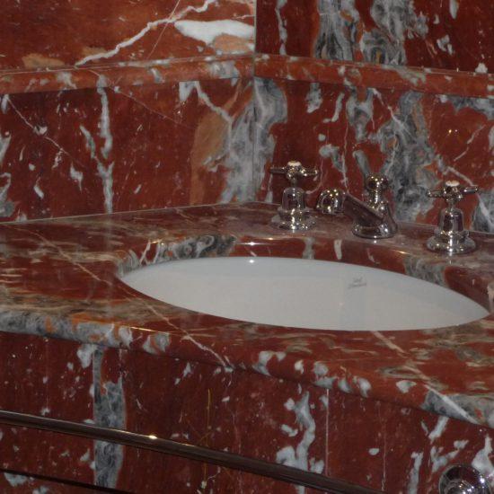 Grand Hotel Tremezzo: i lavandini con marmo della valmalenco