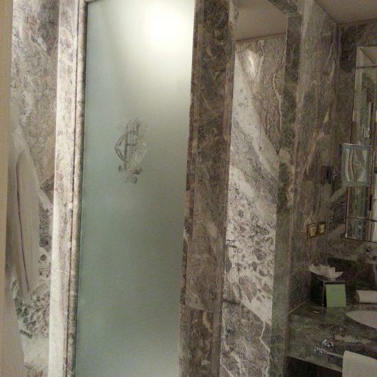 Grand Hotel Tremezzo: porta del bagno e rivestimento pareti in marmo della valmalenco