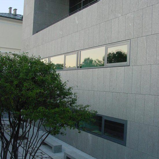 Parete con finestre su edificio rivestito in marmo della Valmalenco