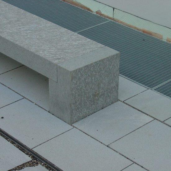 Panchine esterne in marmo e granito del dorato Valmalenco