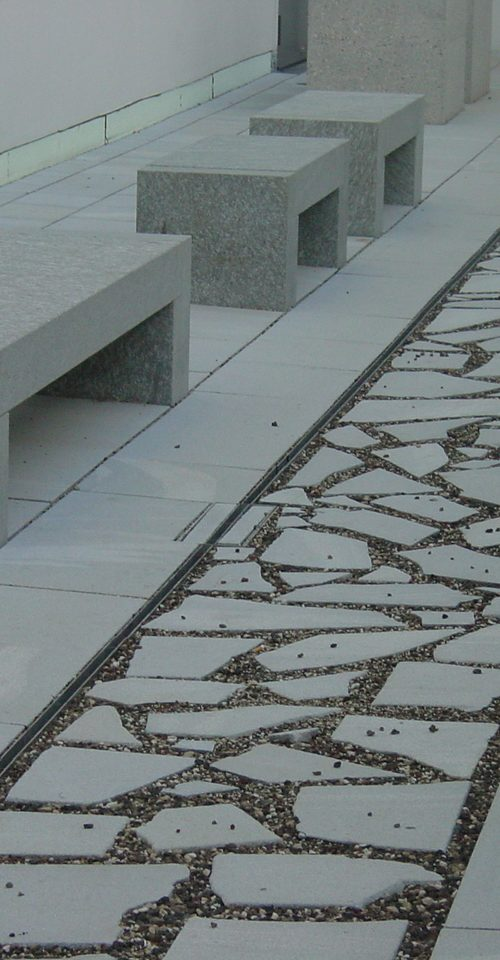 Panchine e pavimentazione in marmo della Valmalenco