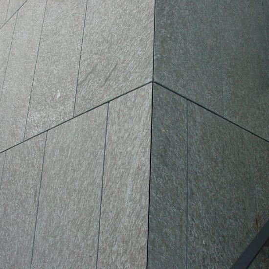 Dettaglio di rivestimento in marmo della Valmalenco