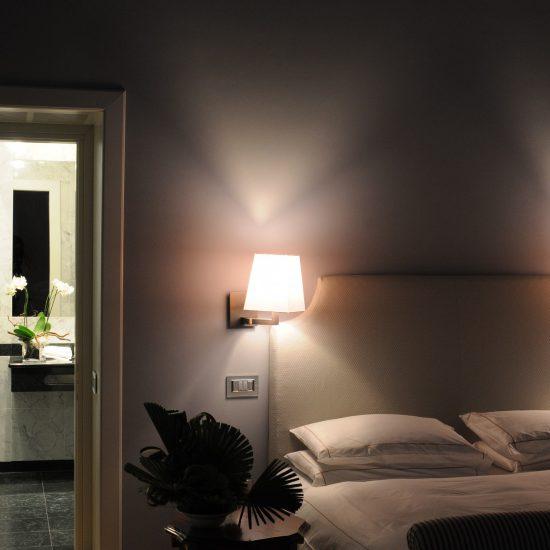 Rivestimento in marmo e serpentino nelle camere di albergo a Sondrio