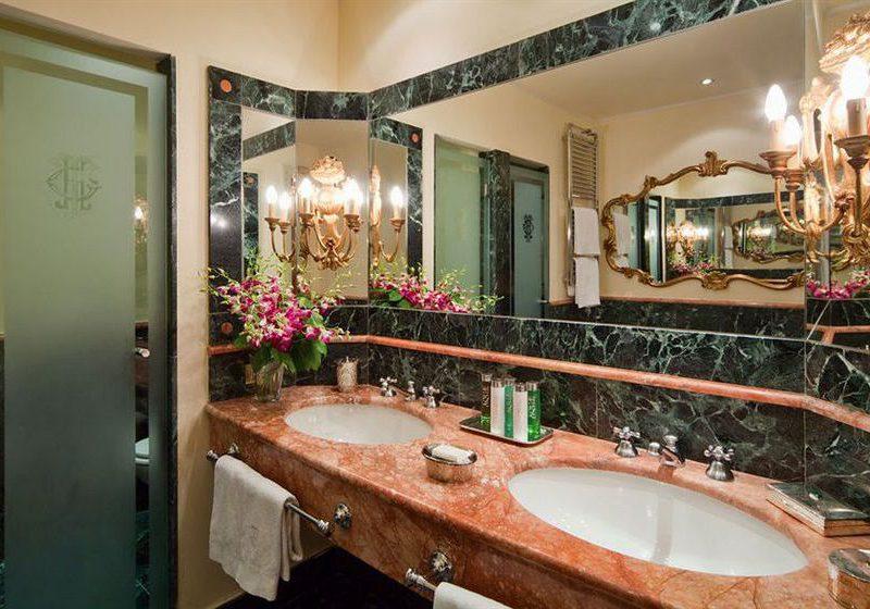 Grand hotel Tremezzo: bagni con marmo color rosso