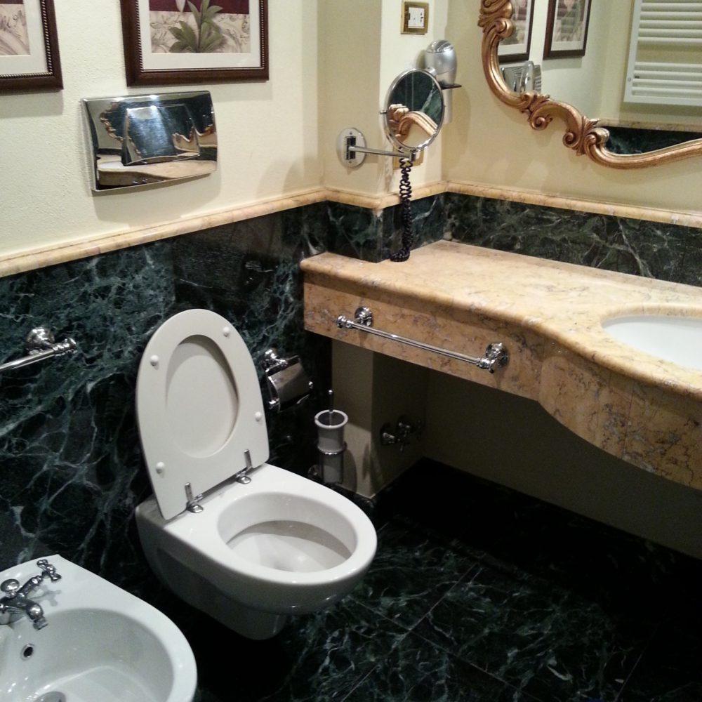 Piano bagno in marmo presso Tremezzo