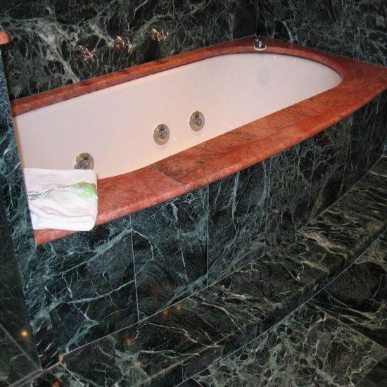 vasca con rifiniture in marmo (Hotel Tremezzo)