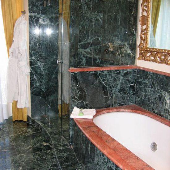 Grand Hotel Tremezzo: Vasca e doccia con rifiniture in marmo