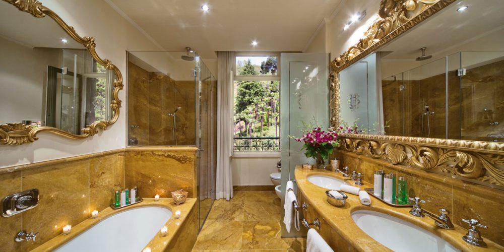 Vasca, piano bagno e doccia con rifiniture in marmo giallo