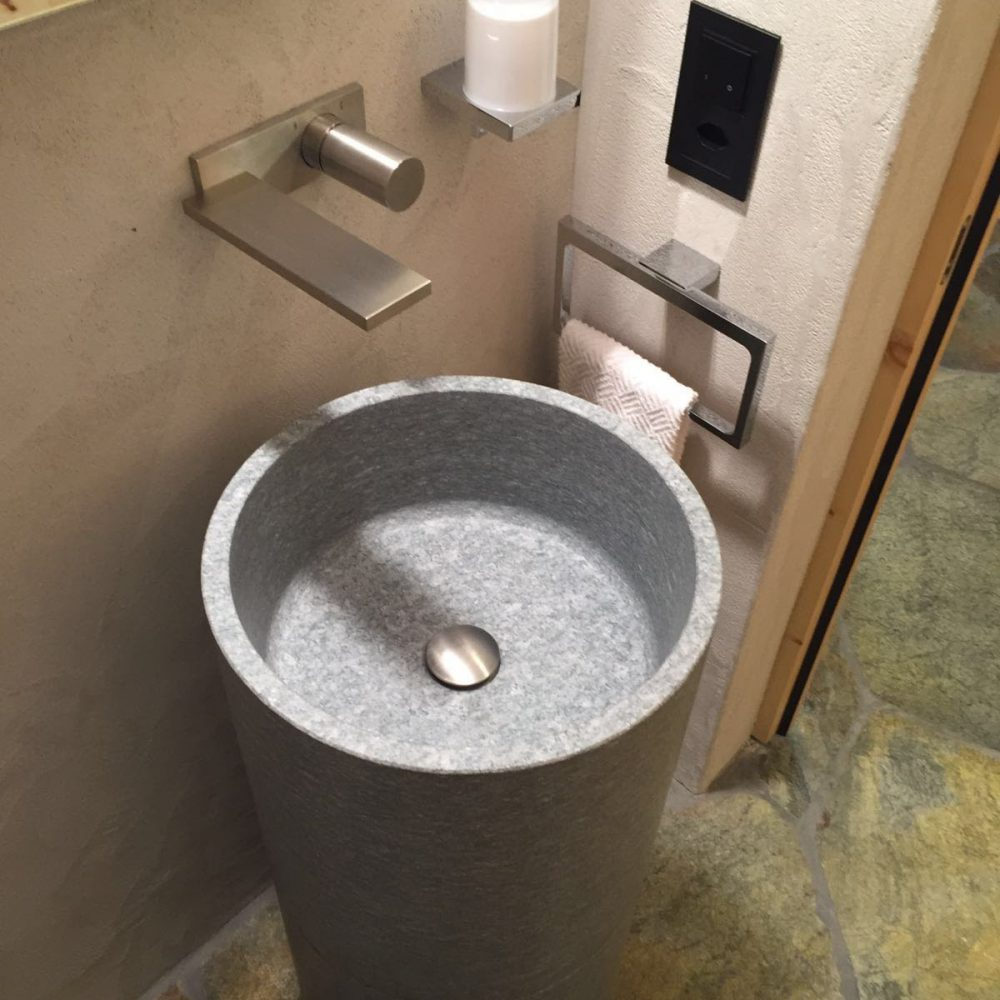 Lavabo con finiture in marmo