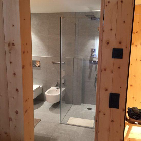 bagno in marmo e legno