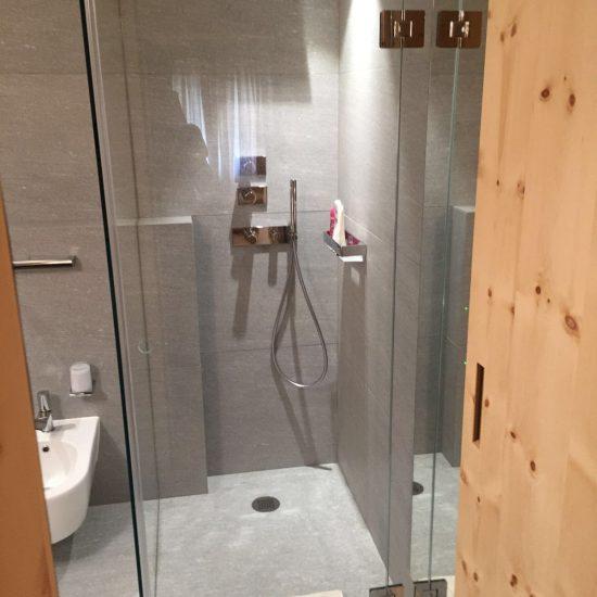 Bagno in prestigioso marmo e legno