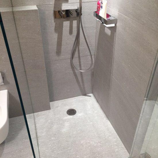 bagno in marmo e legno: la doccia
