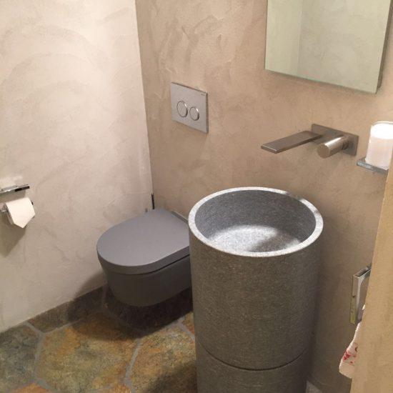 bagno in marmo e legno: i lavabi