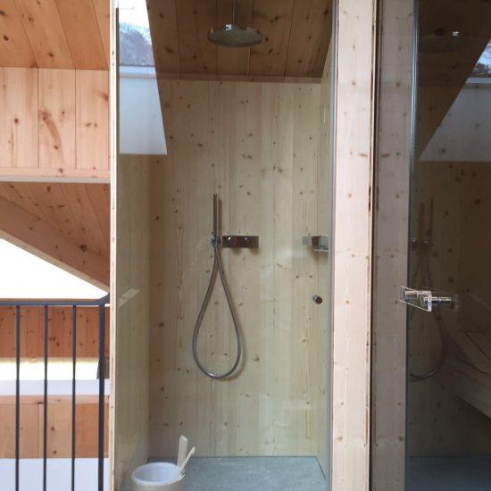 la doccia spaziosa in legno e marmo