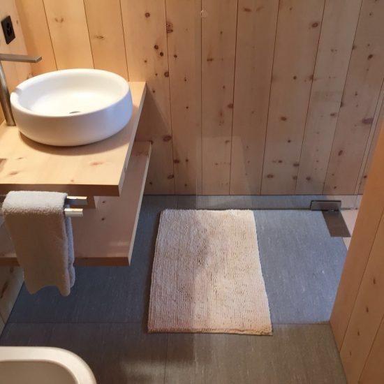 bagno in marmo, legno e ceramiche
