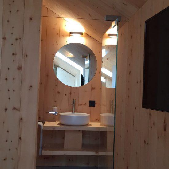 bagno in marmo, legno e ceramiche: prospettiva