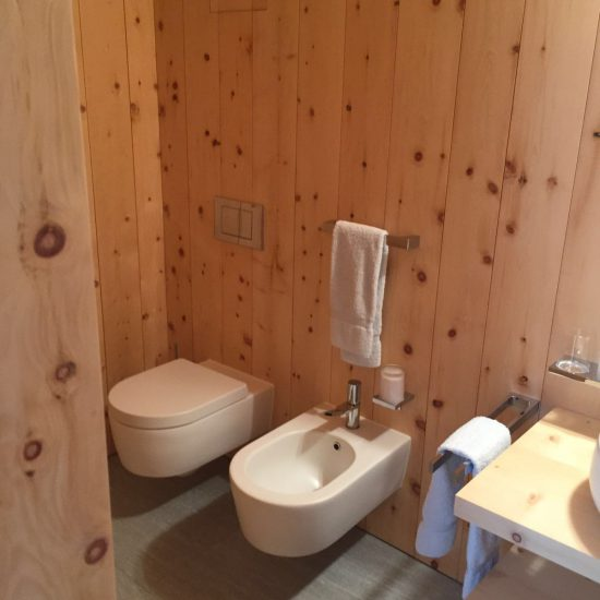 bagno in marmo, legno e ceramiche: i sanitari
