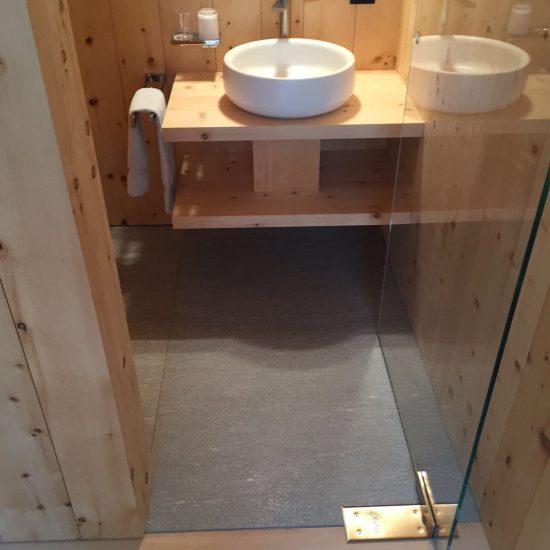 bagno in marmo, legno e ceramiche: foto frontale