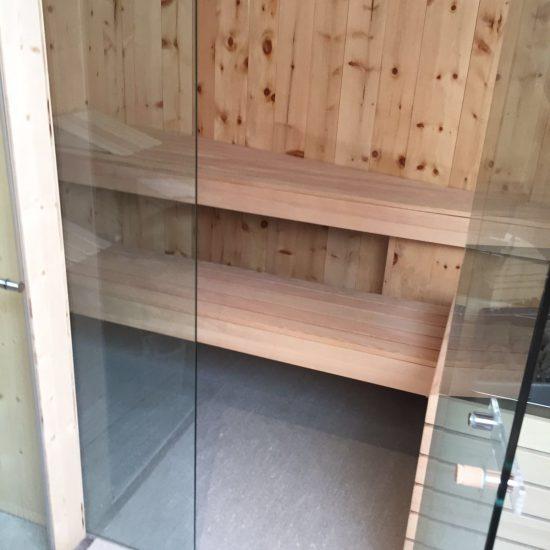 Area sauna in legno e marmo