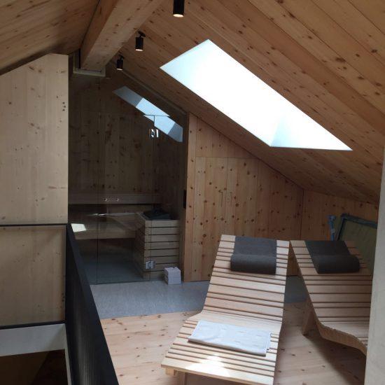 Area relax in legno e marmo con lucernaio