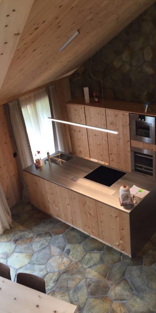 Cucina in legno e pavimentazione in marmo della Valmalenco