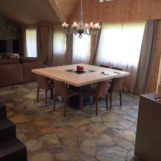 Prospettiva area soggiorno e pavimentazione in marmo colorato