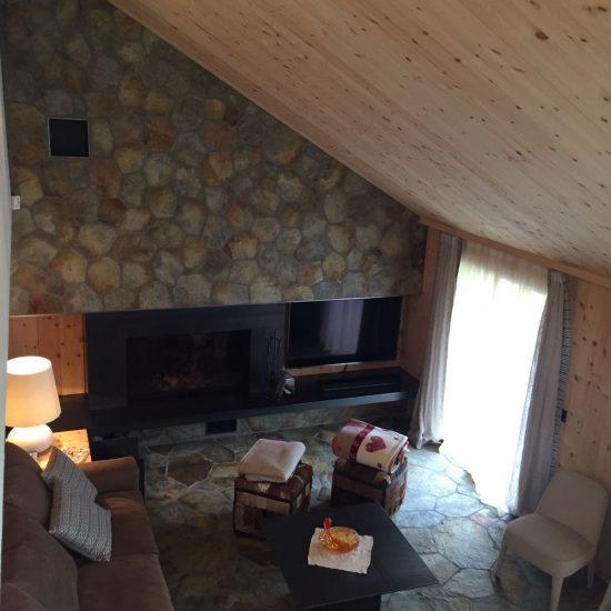 soggiorno in legno e marmo: vista dall'alto