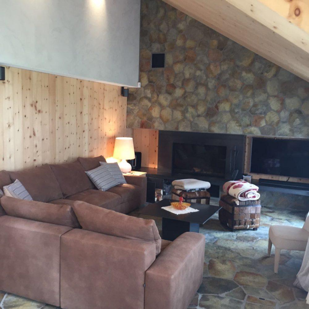 salotto con marmo della Valmalenco e legno