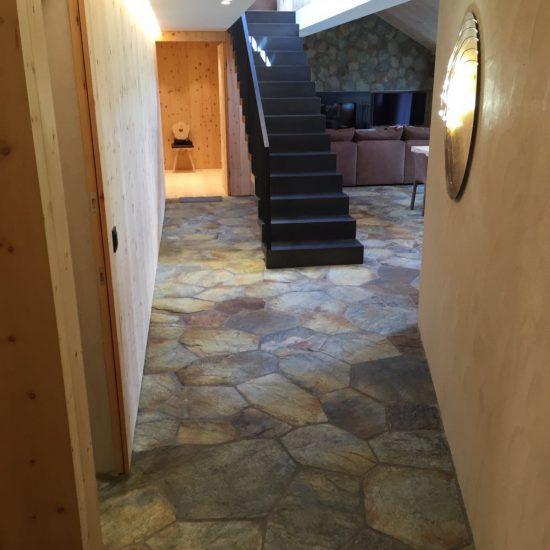 corridoio con pavimentazione in marmo